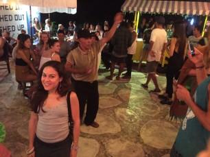 Locals just wanna have fun / Los locales también quieren divertirse.