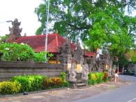 One of MANY temples (each and every house has one) / Uno de MUCHOS templos (cada casa tiene uno!)
