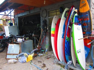 We fix scooters and surfboards. Same skills needed / Arreglamos motos y tablas de surf. Casi lo mismo.