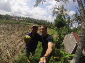 With Rai, our host in Ubud... he also owns a rice field and is the leader of an association of 140+ farmers. Does't do it for business though. / Este es Rai, nuestro anfitrión en Ubud. También cultiva arroz, pero no para negocio.