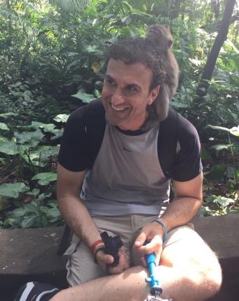 He was tickling me / Me estaba haciendo cosquillas el muy macaco.