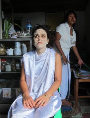 After the check-up, Wayan gave Sandra an extra face treatment. / Después del chequeo, Wayan le regaló a Sandra un tratamiento. Para comprobar la calidad de su medicina.