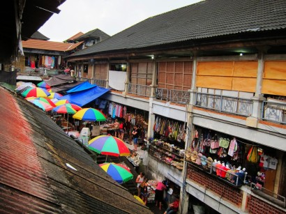 Ubud Market, ready for the rain / Mercado de Ubud, listo para la lluvia.