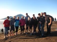 Mighty group of folks with whom we made it to the top (amongst other 350 tourists) / El grupo de valerosos con los que llegamos a la cima (junto a unos otros 350 turistas).