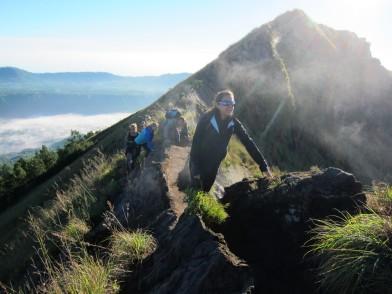Around the crater (pic is not blurry.. it's steam) / Bordeando el cráter (la foto no está borrosa.. es el humo).