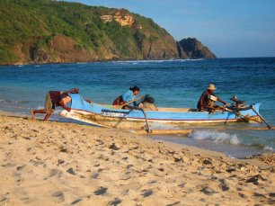 At some point, it's fishing time for all the village behind the beach. // Como a las 4pm, todo el pueblo empezó a entrar a pescar.