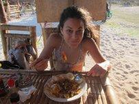 Enjoying some Nasi Goreng. // Disfrutando de un rico Nasi Goreng.