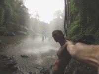 Behind the waterfall. // Catarateando ando.