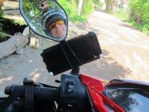 Special GPS device and high-tech holder. // Dispositivo especial de navegación con su sujetador de alta tecnología.
