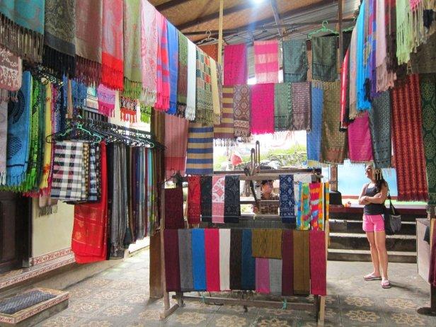 Ikat textiles and more. // Telas Ikat y más -compre caserito-