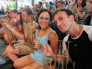 Playing the Angklung. // Anklungueando.