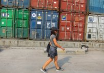 Old harbor was supposed to be a main attraction. // Se suponía que el puerto antiguo era una de las atracciones.