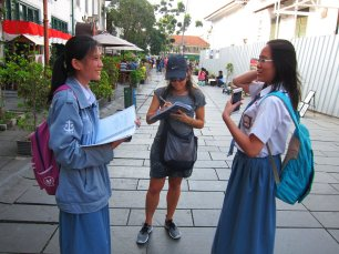 Helping local students. // Colegialalitas colegialas.