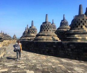 "There are Buddha statues inside of each of those ""bells"". // Dentro de cada una de esas ""campanas"" hay estatuas de Buda."