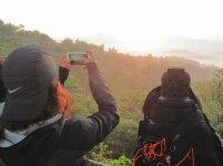 Catching the sunrise. // Registrando la salida del sol.