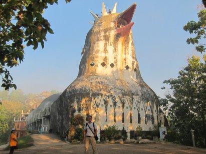 Chicken church (it's supposed to be a dove). // La iglesia-gallina (que se supone es una paloma en realidad).
