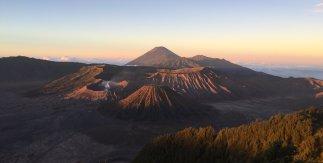 Some volcanoes. // Unos volcancillos.