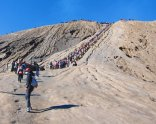 About to climb up to the crater (in a queue). // Por subir al cráter (en fila hindia).