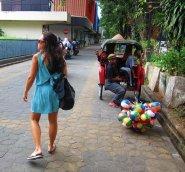 Who's that girl? // Quién será esa muchacha?