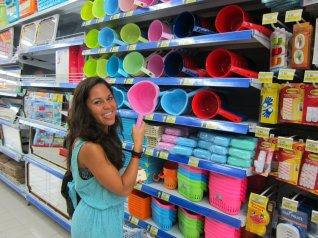 Why toilet paper, when you can use one of these? (all toilets have one) // Para qué quieren papel higiénico, si puedes usar uno de estos (todos los baños tienen uno).