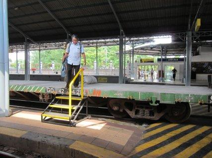 Need to cross to the next platform? Sure, just go over this parked train (before it moves). // Quiere cruzar a la otra plataforma? No hay problema, pase usted nomás por encima de ese tren, antes de que empiece a moverse.