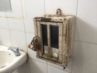 Don't you dare trying to steal our soap dispenser. // Ni sueñen con tratar de robarse nuestra jabonera.