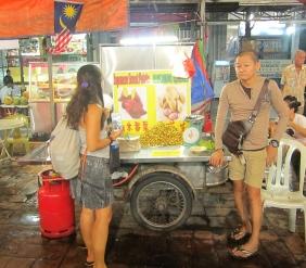 Checking out the street-food scene. // Comida callejera para todos los gustos.