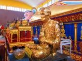 Golden statues included. // Incluyendo estatuas de oro (del que hizo el toro).