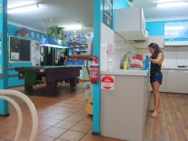 Life at a backpackers hostel. // La vida en un hostal de mochileros.