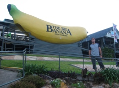 The big banana... apparently Coffs Harbour top attraction. // La gran banana. Y una escultura detrás.