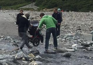 How to bring a baby to the glacier and how NOT to do it, all in one picture. // Cómo llevar al hijo al glaciar y cómo NO hacerlo, en una misma imagen.