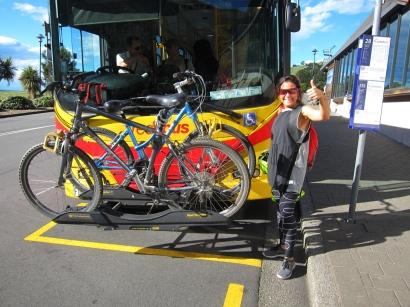 Sandra loved these buses. // Sandra les amó por su bus con porta-bici.