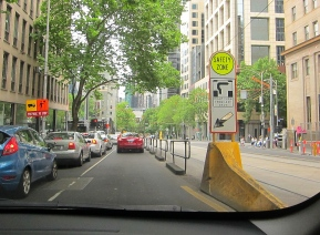 Left lane to turn right, only in Melbourne. // Carril izquierdo para voltear a la derecha?