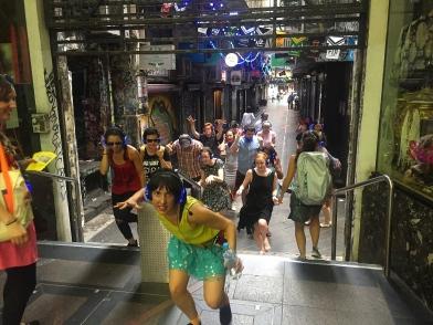 Silent dancers on a random lane. // Bailarines silenciosos en un callejón cualquiera.
