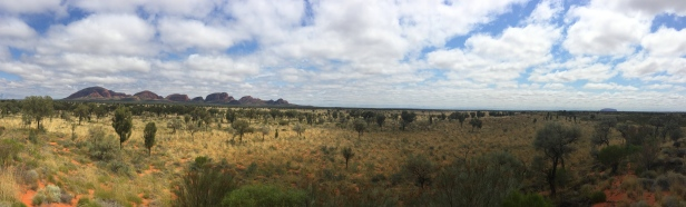 In this Panoramic view you can see both sites (Uluru to the right, waaay back). // En esta panorámica se puede ver ambos lugares (Uluru al foooondo a la derecha).