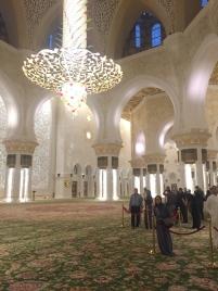 ... hanging over the largest Persian rug. // ... colgada sobre la alfombra persa más grande del mundo.