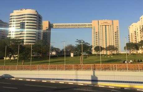 Longest skybridge. // El puente entre edificios más largo.
