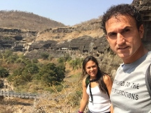 Ajanta caves... from afar you only see this... // Llegando a las cuevas de Ajanta, no se ven tan impresionantes.