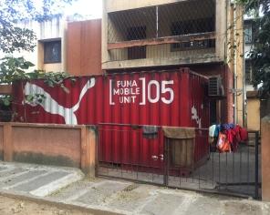 Puma pop-up store (samples on display on the fence). // Exclusivo local de Puma (últmo lanzamiento, sobre la reja).