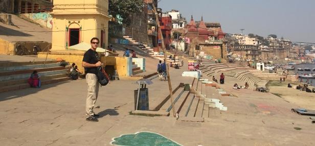 """Exploring the ghats (stairways). // Explorando los """"ghats"""", o escaleras que van al río."""