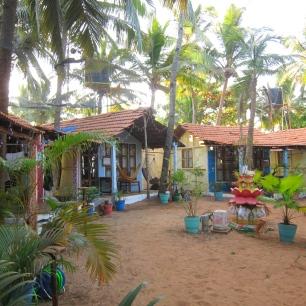 """Yoga """"village"""" by the beach. // Viviendo al pie del mar."""