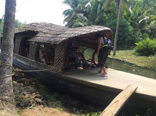 Tour through the backwaters. // Tour por los remansos de Kerala.