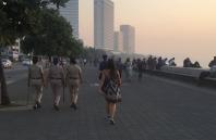 Female law along Mumbai's Marine Drive. // Mujeres controlando la ley en el malecón de Mumbai. .