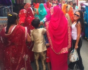 Posing next to the colorful saris. // Posando junto a los coloridos saris.
