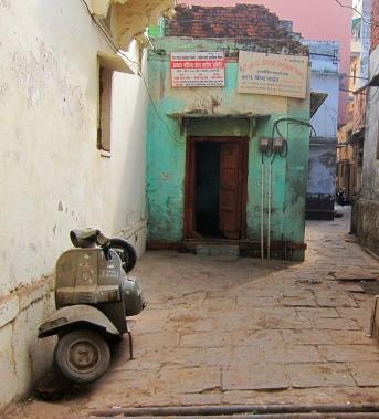 Varanasi, full of narrow alleys. // Varanasi, llena de angostos callejoncitos.