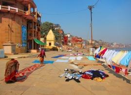 Drying the freshly washed clothes on the dust.. I mean floor. // A secar la ropa recién lavada sobre el polvo... digo suelo.