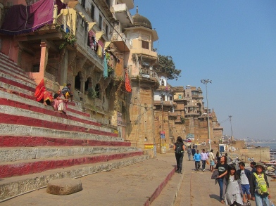 ...and walking up and down the ghats. // ...y recorriendo los ghats de arriba a abajo.