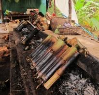 "Bamboo sticky rice in the making. // Preparando ""arroz pegajoso"" en bambú."