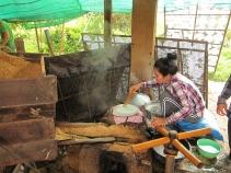 And now making rice paper. // Y ahora preparando papel de arroz (para los rollitos primavera).