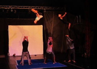 Local circus, internationally renown. // Circo local, reconocido internacionalmente.